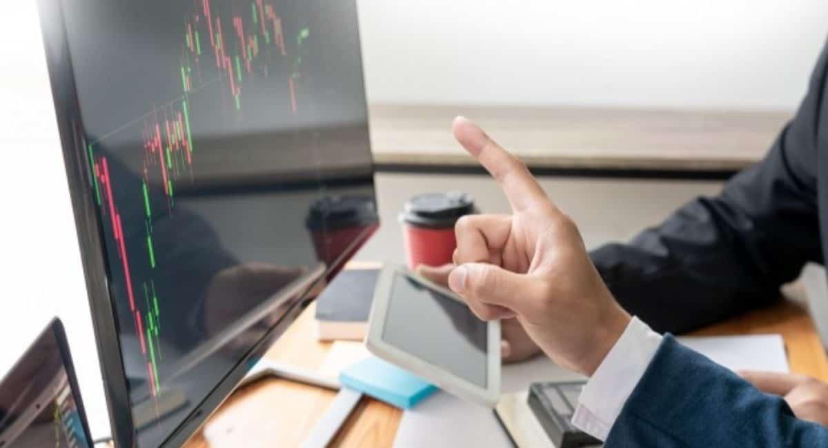 چه تفاوت ها و شباهت هایی بین معامله ارز دیجیتال و معامله در بورس وجود دارد؟